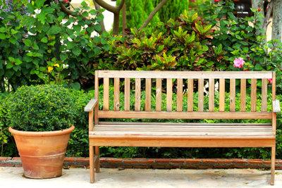 Eine Holzbank für den Außenbereich können Sie ölen oder streichen.