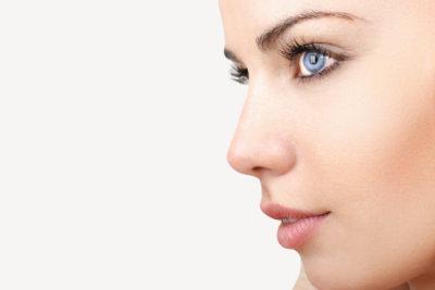 Passen Sie das Augen-Make-up Ihrer Augenfarbe, der Kleidung und dem Anlass an.