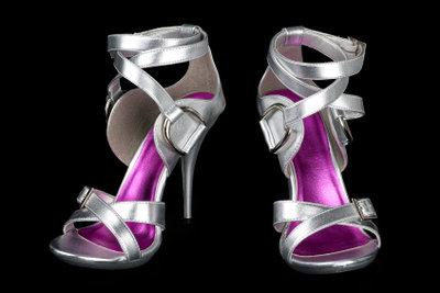 Silberne Schuhe sind sehr verführerisch.