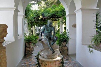 Hermes, der Götterbote, trägt Flügelschuhe.