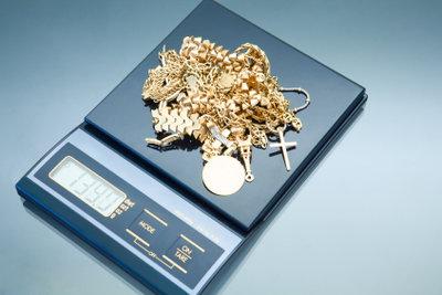 Ein Juwelier kann Ihr Schmuckstück kostenlos für Sie abwiegen.