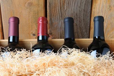 Bauen Sie ein Katzenhöhle aus hölzernen Weinkisten.