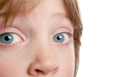 Augenbrauen wegzuschminken, ist nicht schwer.