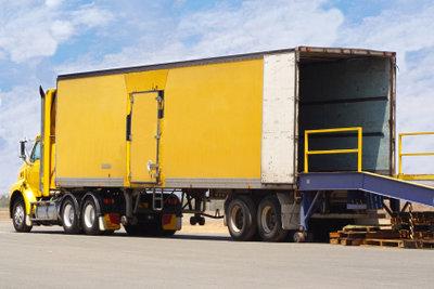 Lkws liefern kommissionierte Waren an Unternehmen aus.