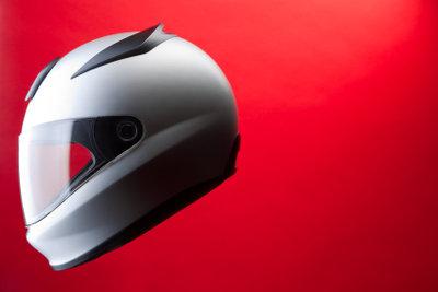 Gewöhnliche Helme können Sie ausgefallen umgestalten.