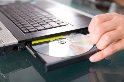 Mit einem externen Laufwerk können Sie eine CD auf Ihren Laptop kopieren.