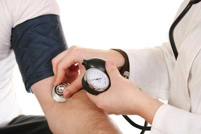 Blutdruck messen zählt zu den Aufgaben.
