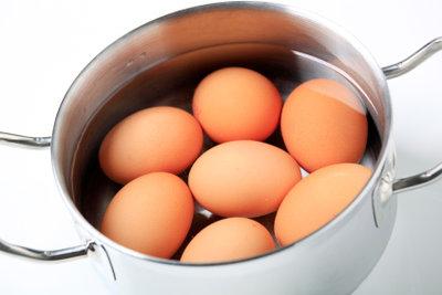 Stechen Sie Eier vor dem Kochen besser an.