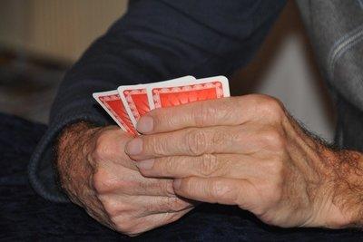 Spielen Sie Ihre Karten geschickt aus.