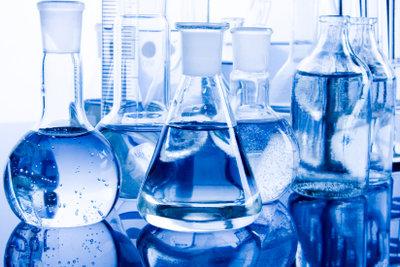 Deionisiertes Wasser wird als Lösungsmittel verwendet.