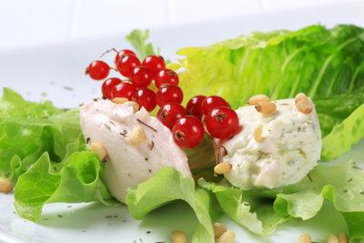 Geknackte Pinienkerne eignen sich auch für Salate.