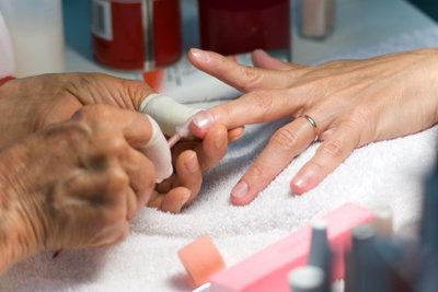 Manikürte Fingernägel wirken gepflegt.