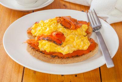 Rührei schmeckt zum proteinbetonten Frühstück.