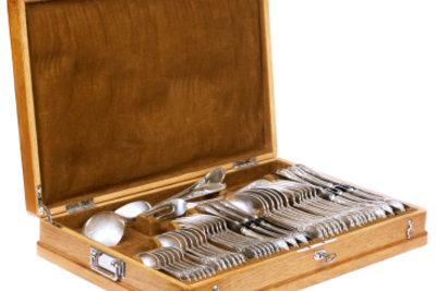 Ein Schmuck für die Tafel - der Besteckkasten voll mit Silberbesteck!
