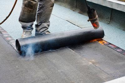 Besandete Dachpappe kann verklebt, verschweißt oder genagelt werden.