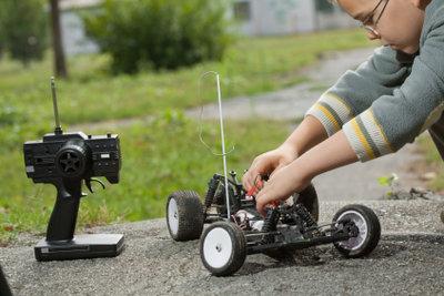 Ferngesteuerte Autos gibt es mit Elektro- oder Benzinmotor.