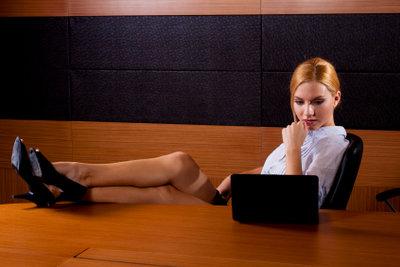 Richtiges Sitzen auf dem Bürostuhl beugt Verspannungen vor.