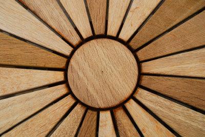 Achten Sie bei Gartenmöbeln auch auf die Holzart.