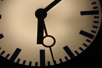 Zeitumstellung - alle Bahnhofsuhren zeigen gleichzeitig die nun gültige Zeit an.