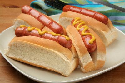 Hot Dogs können auch fettarm zubereitet werden.
