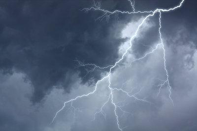 Berechnen Sie den Strom der Blitzentladung.