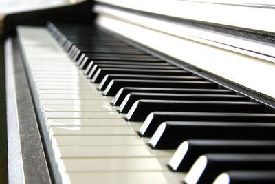 Auf einem Klavier können Sie die Halbtonschritte gut darstellen.