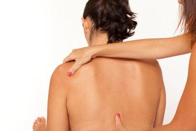 Nackenmuskeln lassen sich mit einfachen Übungen dehnen.