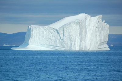 Die Titanic kollidierte mit einem Eisberg.