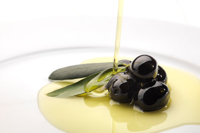 Olivenöl soll gegen Nagelpilz helfen.