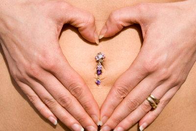 Bauchpiercings sind bei Frauen sehr beliebt.