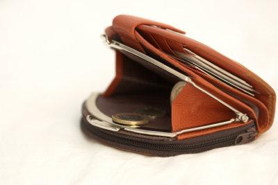 In vielen Geschäften brauchen Sie kein Bargeld für die Bezahlung.