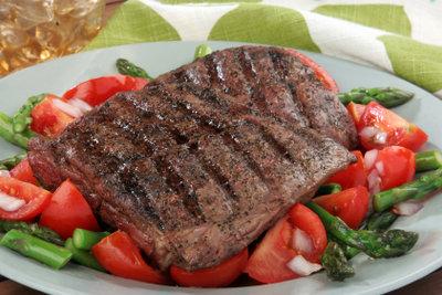 Marinieren Sie ein Steak doch mal mit einer Jack-Daniels-Marinade.