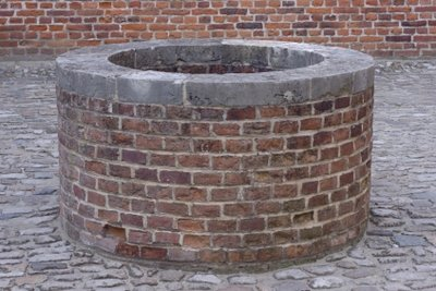 Ein Hauswasserwerk kann unter anderem aus einem Brunnen gespeist werden.