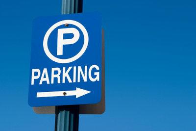 Auch im Ausland erkennt man an dem blauen Schild mit einem P den Parkbereich.