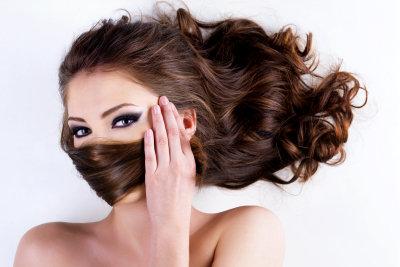 Langes Haar durch Extensions.