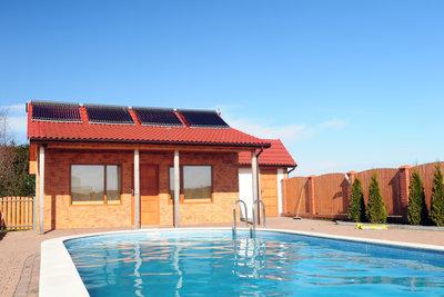 Bei größeren Pools bringt man die Solaranlage idealerweise auf dem Dach an.
