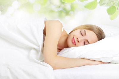 Auf dem Bauch schlafen kann Probleme bereiten.