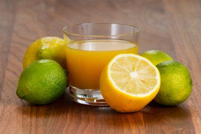 Zitronensaft soll Pfunde schmelzen lassen.