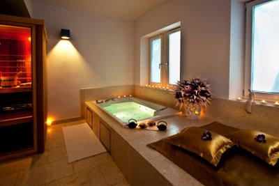Ein warmes Badezimmer schafft Wellnessatmosphäre.