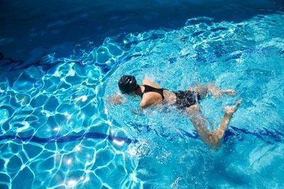 Beim Brustschwimmen trainieren Sie alle Muskeln.