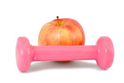 Sport und richtige Ernährung erleichtern das Abnehmen.
