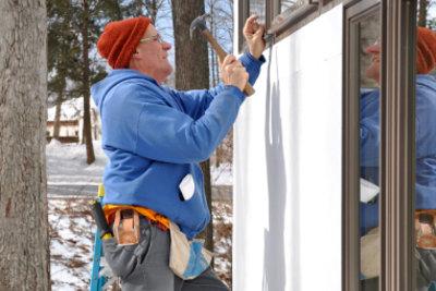 Viel Schnee kann eine Schlechtwetterkündigung bedingen.