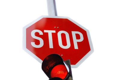 Die Entziehung der Fahrerlaubnis bewirkt eine Führerscheinsperre.