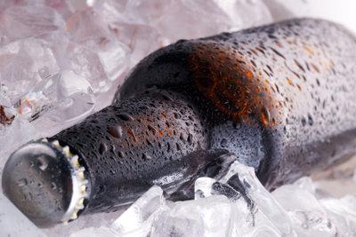 Bier, das lange genug im Gefrierfach war, kann eiskalt genossen werden.