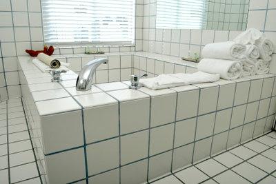 Eine perfekte eingeflieste Wanne ist ein Schmuck für jedes Bad.