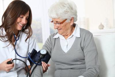 Pflegeberufe arbeiten mit Ärzten und deren Personal zusammen.