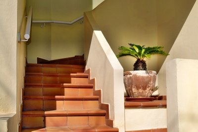 Mauern Sie neben der Treppe.