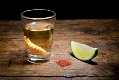 Der Wurm wird nicht mitgetrunken.