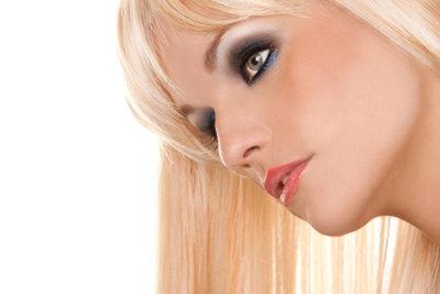 Schwarze Haare zu blondieren, ist nicht einfach.