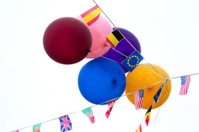 Luftballons sind bei Kindergeburtstagen sehr beliebt.